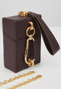 ZAC Zac Posen - BELAY NORTH SOUTH MINI BOX CHAIN WRISTLET - Borsa a tracolla - eggplant