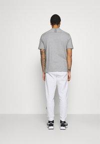 Nike Sportswear - REPEAT PRINT - Pantaloni sportivi - white/black - 2