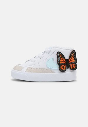 BLAZER MID CRIB SE - Baby shoes - white/glacier blue/total orange/black