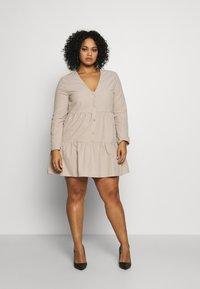 Missguided Plus - BUTTON THROUGH SMOCK DRESS - Robe d'été - nude - 0