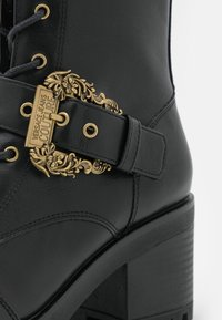 Versace Jeans Couture - Šněrovací kotníkové boty - nero - 4