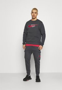 Nike Sportswear - COURT PANT - Tracksuit bottoms - anthracite - 1