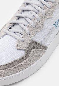adidas Originals - SUPERCOURT UNISEX  - Matalavartiset tennarit - footwear white/solid grey/chalk solid grey - 7