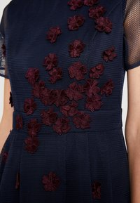 Apart - DRESS WITH FLOWER EMBROIDERY - Cocktail dress / Party dress - midnight blue/bordeaux - 4