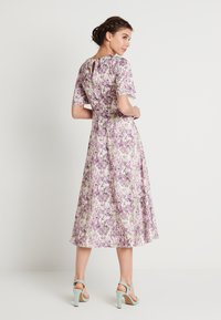NA-KD - ZALANDO X NA-KD WIDE FLOWY SLEEVE MIDI DRESS - Denní šaty - purple - 2