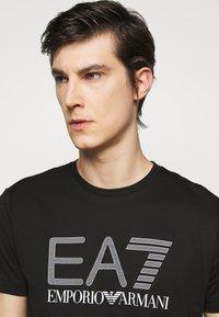 EA7 Emporio Armani - T-shirt med print - black/white - 3