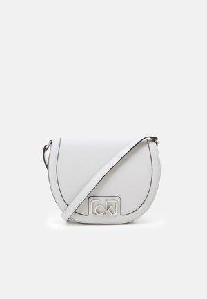 SADDLE BAG - Taška spříčným popruhem - grey