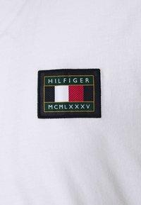 Tommy Hilfiger - ICON ESSENTIALS TEE - T-shirt con stampa - white - 5