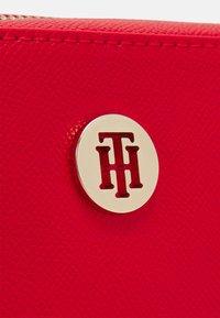 Tommy Hilfiger - HONEY CAMERA BAG - Taška spříčným popruhem - red - 4