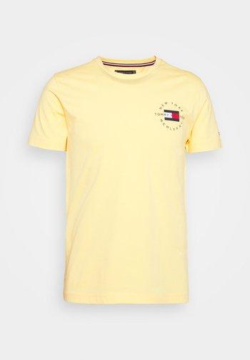 CIRCLE CHEST TEE - T-shirt z nadrukiem - delicate yellow