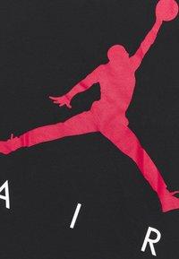 Jordan - JUMPING BIG AIR UNISEX - Camiseta estampada - black - 2