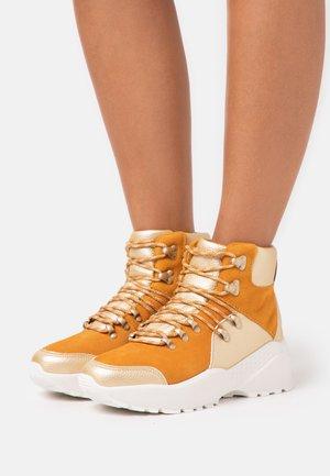 FARAH - Kotníkové boty na platformě - platin