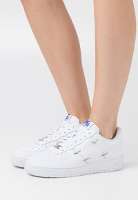 Nike Sportswear - AIR FORCE 1 - Sneakersy niskie - white/hyper royal/black - 3