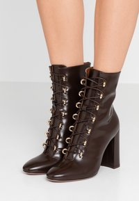 L'Autre Chose - High heeled ankle boots - dark brown - 0