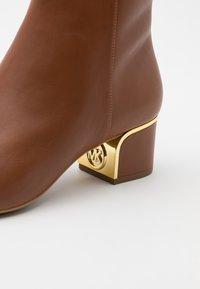 MICHAEL Michael Kors - LANA MID BOOTIE - Kotníkové boty - luggage - 4