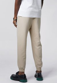 Tigha - COSMO - Tracksuit bottoms - vintage sand - 2