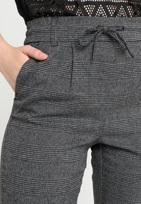 ONLY - ONLPOPTRASH SOFT CHECK PANT - Pantaloni - black/cloud dancer - 4