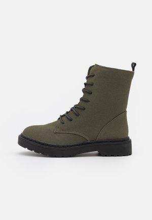 VEGAN FREDA COMBAT LACE UP BOOT - Kotníkové boty na platformě - khaki