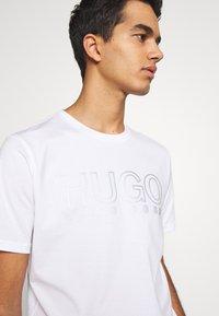 HUGO - DOLIVE - Triko spotiskem - white - 3