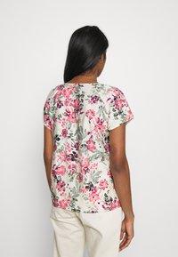Vero Moda - VMGIGI  - T-shirts med print - birch/honey suckle - 2