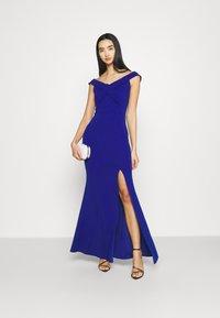 WAL G. - ARIAH OFF THE SHOULDER MAXI DRESS - Vestido de fiesta - electric blue - 1