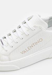 Valentino by Mario Valentino - Baskets basses - white/black - 5