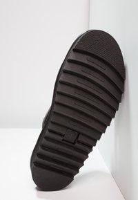 Dr. Martens - MYLES SLIDE - Pantofle - black - 4