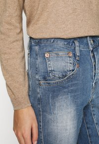 Herrlicher - SHYRA CROPPED STRETCH - Relaxed fit jeans - blend destroy - 3
