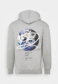 Daily Basis Studios - GLOBE HOOD UNISEX - Sweatshirt - grey marl - 1
