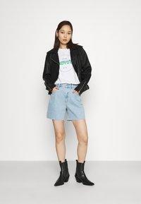 Abrand Jeans - A CLAUDIA CUT OFF - Shorts di jeans - walk away - 1