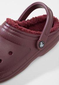 Crocs - Sandały kąpielowe - burgundy - 5