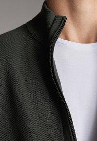 Massimo Dutti - MIT REISSVERSCHLUSS - Cardigan - khaki - 6
