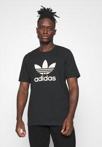 adidas Originals - CAMO INFILL TEE UNISEX - T-shirt print - black/alumina/multicolor - 0