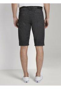 TOM TAILOR - JEANSHOSEN JOSH REGULAR SLIM JEANS-SHORTS IN VINTAGE-WASHUNG - Jeansshorts - black stone wash denim - 2
