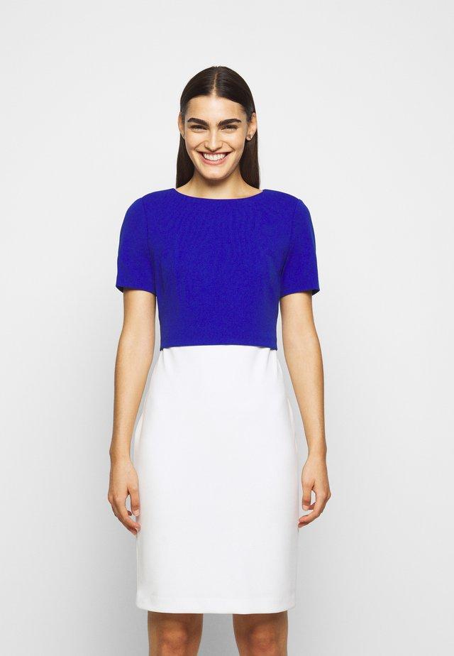 LUXE TECH DRESS - Pouzdrové šaty - cream/rugby royal
