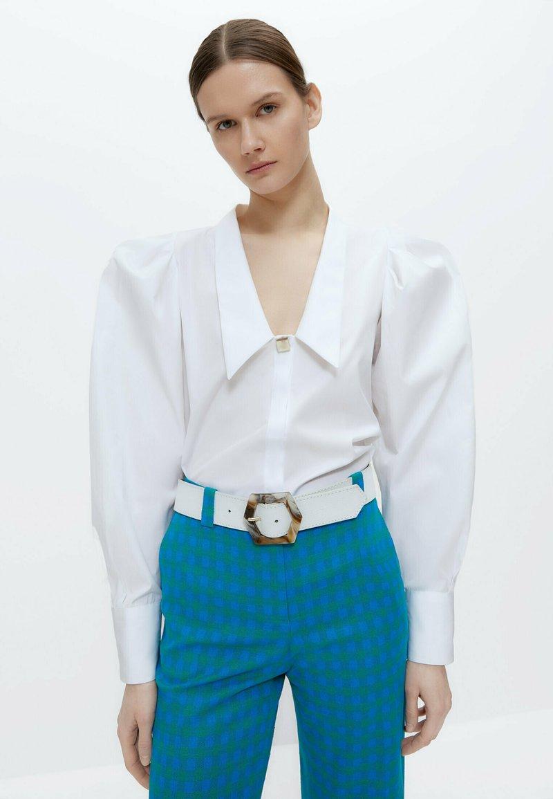 Uterqüe - MIT ZIERFALTEN - Button-down blouse - white