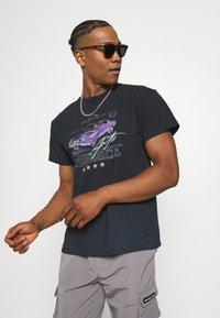 Mennace - ON THE RUN  - Print T-shirt - washed black - 3