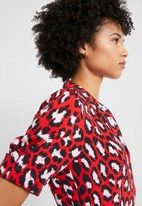 Diane von Furstenberg - EXCLUSIVE DRESS - Shirt dress - red leopard - 5