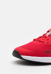 Nike Performance - REVOLUTION 5 UNISEX - Neutrální běžecké boty - university red/light smoke grey/black/white - 5