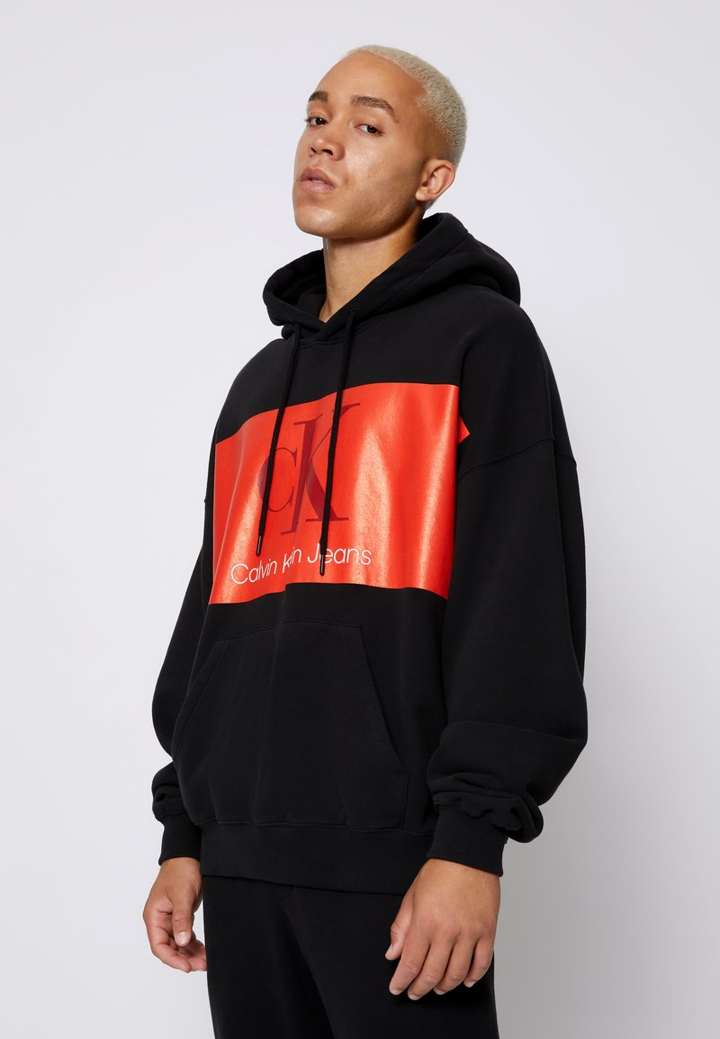 Calvin Klein Jeans - OVERSIZED LARGE BADGE HOODIE UNISEX - Sweatshirt - black