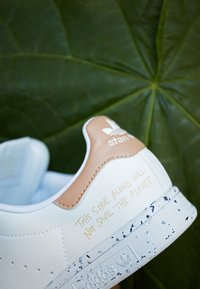 adidas Originals - STAN SMITH PRIMEGREEN VEGAN - Zapatillas - footwear white/pale nude - 3