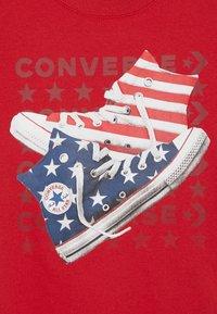 Converse - AMERICANA SHOES TEE - Print T-shirt - enamel red - 3