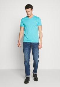 GANT - THE ORIGINAL SLIM V NECK - Camiseta básica - light aqua - 1