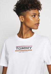 Tommy Jeans - TJW SLEEVE DETAIL LOGO TEE - T-shirts med print - white - 3