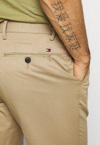 Tommy Hilfiger - TAPERED SUMMER FLEX - Trousers - beige - 4