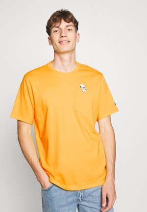 LEVI'S® X PEANUTS SUNSET POCKET TEE UNISEX - T-shirts med print - gold fusion