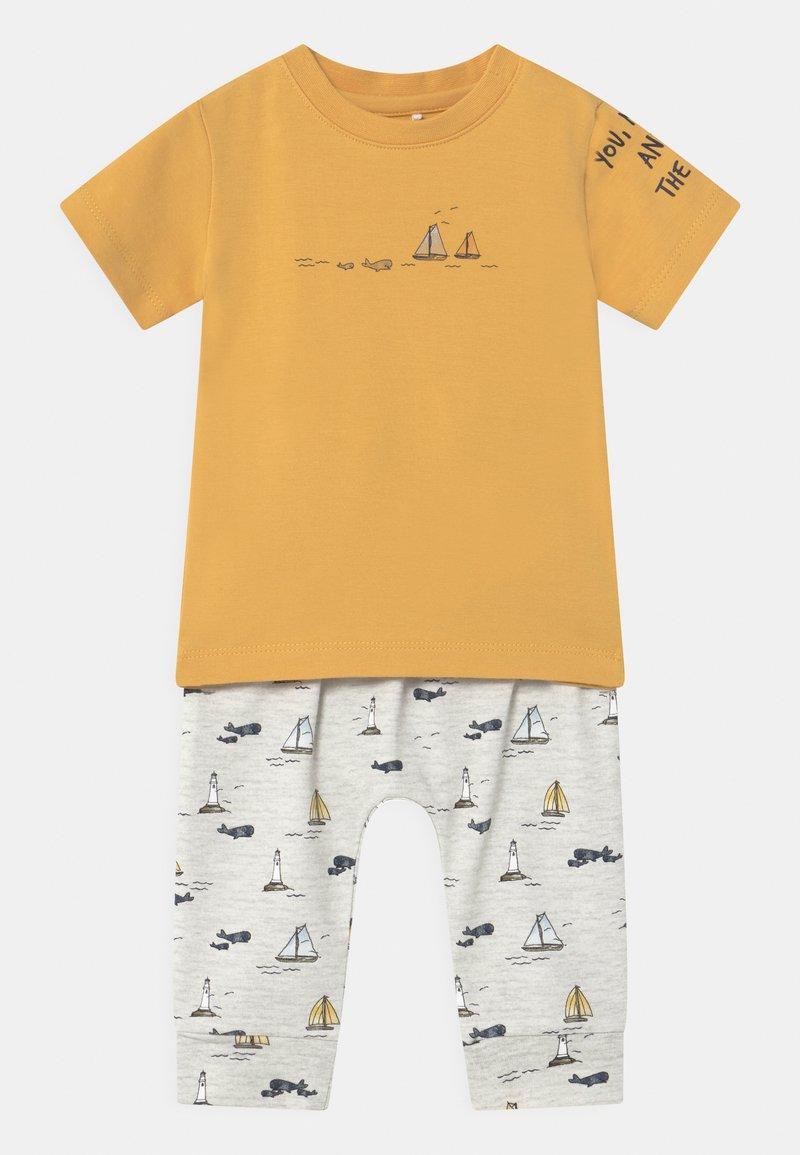 Name it - NBMFITAL SET - Print T-shirt - ochre