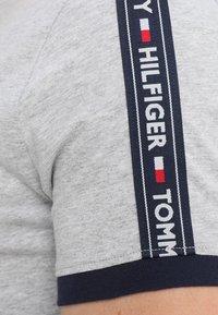 Tommy Hilfiger - TEE - Pyjamasöverdel - grey - 4
