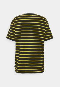 Nike SB - STRIP TEE UNISEX - Print T-shirt - black/university gold - 1