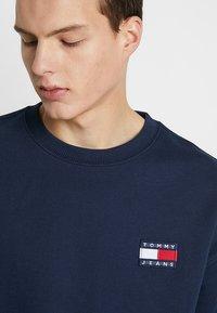 Tommy Jeans - BADGE CREW UNISEX - Collegepaita - blue - 3